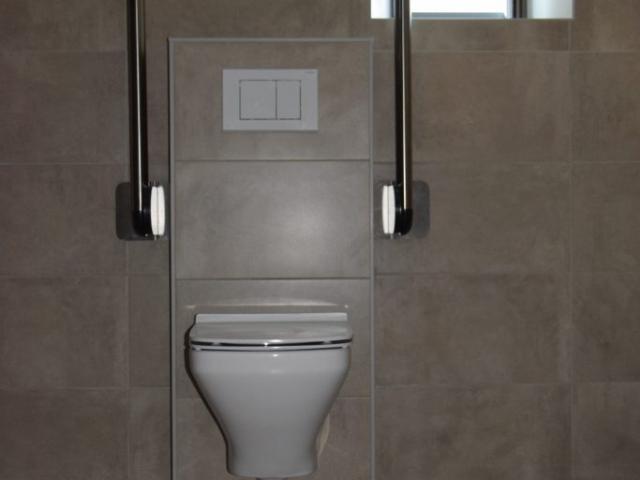 Toilet met opstelruimte, circulatieruimte en 2 beugels