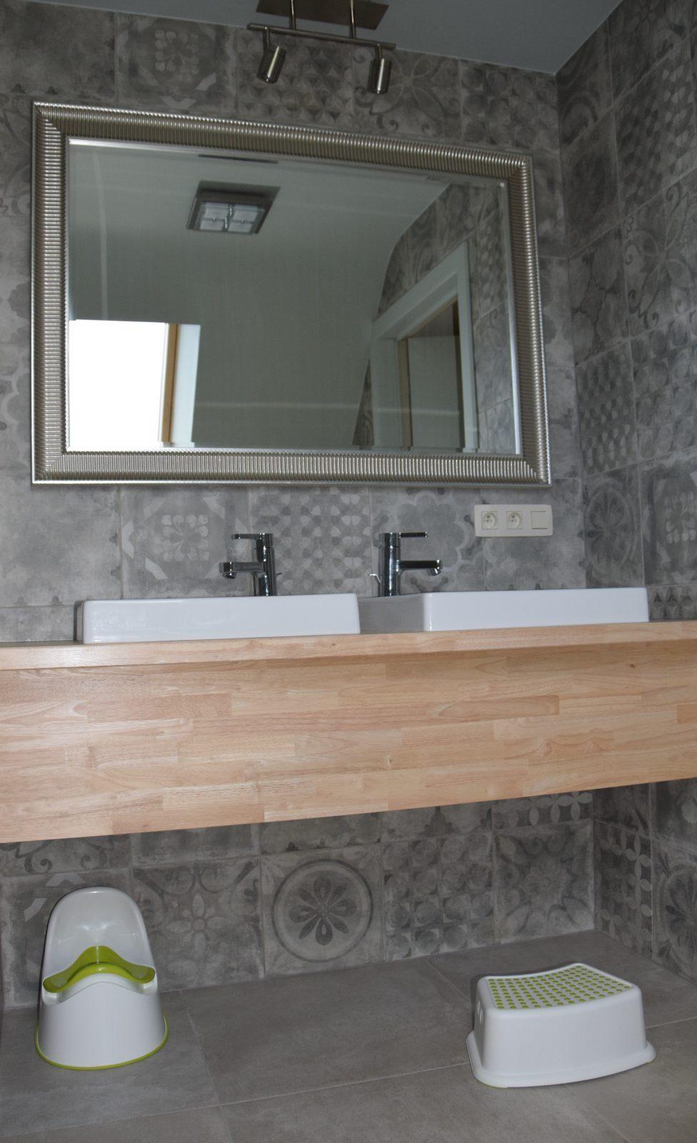 Badkamer boven met dubbele wastafel